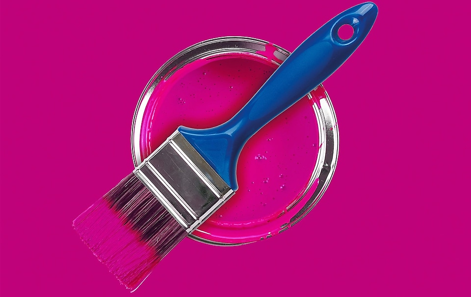 Pincel sobre pintura color magenta